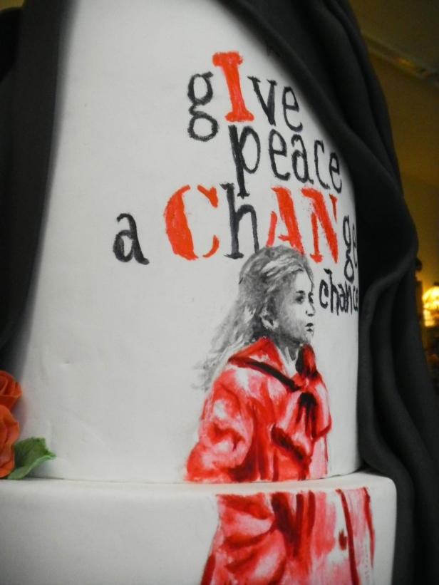 ferhan-dilek-uluocak-boutique-cake-design-painting-edible-art-pasta-boyama-give-peace-a-chance-baris-world-peace-schindlers-list-girl-in-red-coat-detail